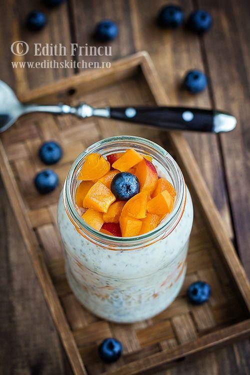 Mic dejun cu iaurt si fulgi de ovaz - un amestec de sana/kefir/iaurt, fulgi de ovaz, seminte de chia, miere si fructe.