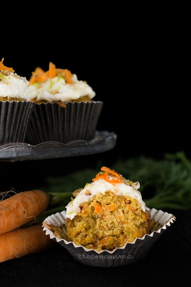 Spicy carrot cupcakes with oat bran and healthy frosting