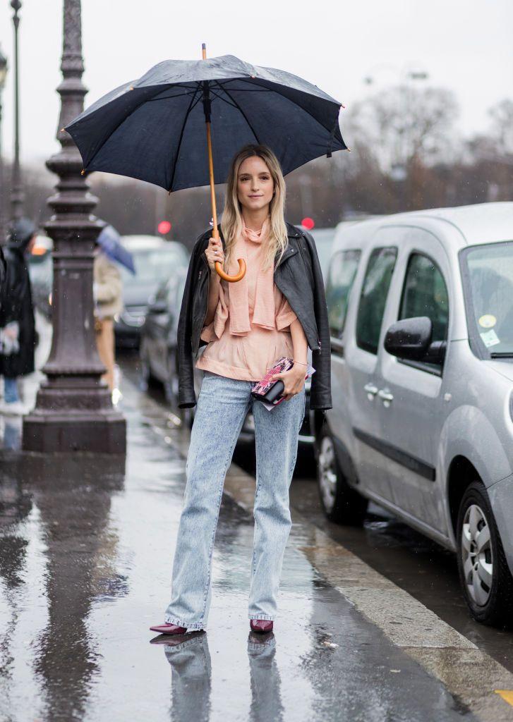 Photo by Christian Vierig/Getty Images      Charlotte Groeneveld  気分が沈みがちな雨の日こそ、明るいパステルカラーをスタイリングに取り入れたい。ブロガーのシャーロットは、優しいパステルピンクのトップスと淡いブルーのデニムパンツでガーリーな雰囲気をキープした。ライダースジャケットには袖を通さず、肩にかけたのもフェミニンなム...