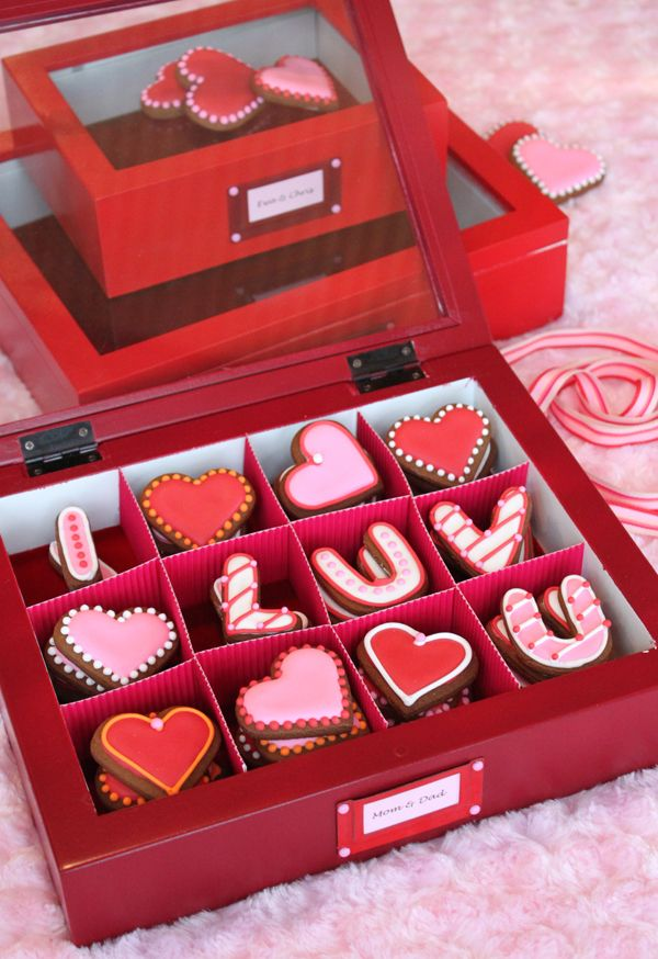*Gorgeous* Valentine cookies and presentation. (Page has gift box tutorial!)
