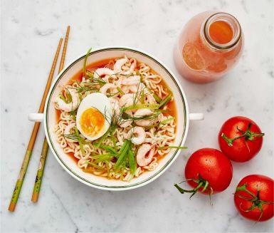 En tallrik varm tomatbuljong med nudlar, ägghalvor, dill och färska räkor – svårslaget en mörk kväll! Passar också lika bra att njuta av både på egen hand och i sällskap med gäster.