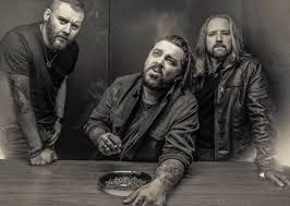 """Seether, Nouvel album en mai !  Spinefarm Records présente  """"POISON THE PARISH"""" Nouvel album ! Sortie le 12 mai 2017 (distribution Caroline International France )  N'ayez pas peur, regardez le clip du premier single  """"Let You Down"""" ICI ; http://vevo.ly/MwXaeQ   C'est donc le 12 mai prochain que Seether lancera """"Poison the Parish"""",  son 7ème album studio, sur Canine Riot Records, le propre label du chanteur / guitariste / producteur  Shaun Morgan."""