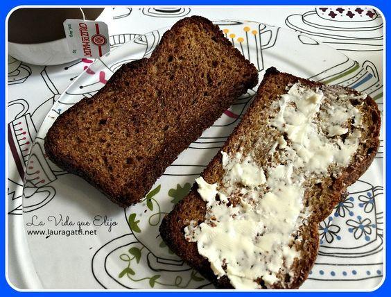 Estoy feliz de haber encontrado esta receta de pan que se hace únicamente con lino molido (o linaza). Es un producto barato y fácil de conseguir!