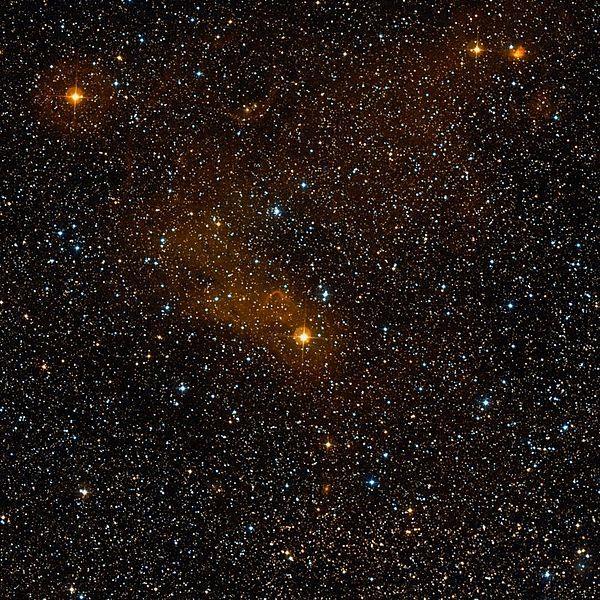 Nebulosa Sh2-139 (LBN 502). Nebulosa de emisión en la constelación de Cefeo. Se localiza al sureste de la estrella δ Cephei. Es una nebulosa poco conocida y estudiada, que se encuentra en el brazo de Perseo. Fenómenos activas de formación de estrellas.