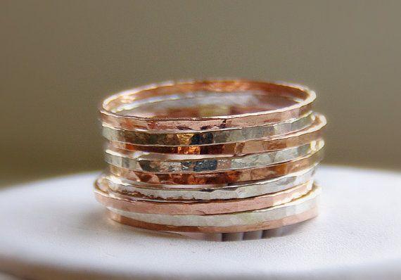 Fatta a mano, martellato metalli misti: sterling silver & rosa / rosa anelli doro riempiti impilabili in un set di 9. A deve avere la pila di anelli martellati, artigianali fatti a mano nei Paesi Bassi. Ogni argento & oro rosa riempito banda è lucido e scintillante.  Si tratta di anelli di magri, sottili, delicati, fatto con fili 18GA e martellato a morte! :)   Otterrete 5 x 14 rosa 18k oro riempito e 4 x 925 sterling silver bande!   Questi anelli impilabili sono realizzati su misura per il…