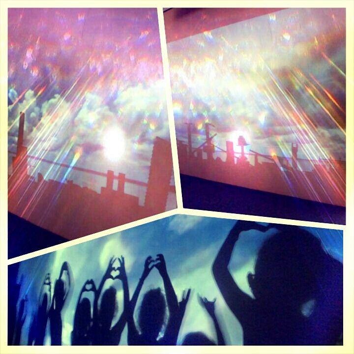 #SKYLINE:  un proiettore riproduce un cielo nuvoloso su una grossa parete bianca sotto la quale è possibile, sovrapponendo e mettendo in equilibrio tubi di plastica, blocchi di legno e vecchi giocattoli, creare con le ombre la sagoma di una città. Inutile dire che ci siamo tutti fiondati a giocare – sì, a giocare! – e abbiamo costruito una città fantascientifica con sopraelevate, slum, grattacieli imperiosi e animali giganti!