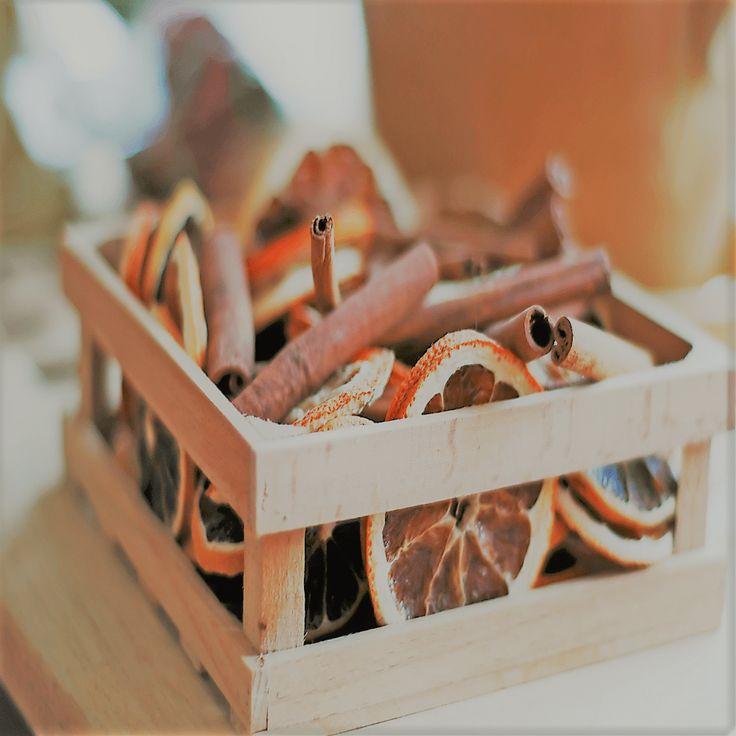 Mit Zimtstangen und getrockneten Orangen bringt ihr eure Wohnung zum Duften! 😃 •  #lagerbox_selfstorage  #lagerbox  #gewürze #düfte #einlagerung  #storage  #aufbewahrung  #lagerung  #nostalgie  #sammlungen  #fundgrube  #trödel  #lagern