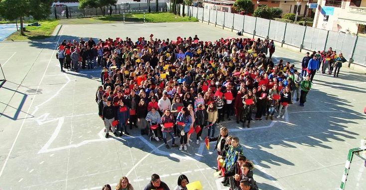 ALMUÑÉCAR.En vísperas del día de la Constitución, los alumnos del IES Puerta del Mar han hecho un pequeño homenaje a la Carta Magnaen el patio del centro.