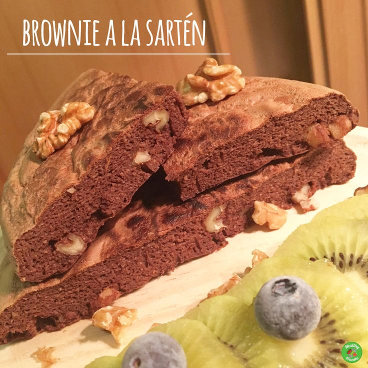 Para su elaboración necesitaremos los siguientes ingredientes: 50 gramos de harina de avena sabor Brownie de Max Protein 5claras de huevo 1 cucharadita de levadura 1 cucharadita de cacao puro desg…