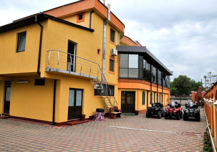 Pensiunea Union Maracineni va asteapta la iesirea din orasul Pitesti, pe drumul catre Brasov, langa Uzina Dacia Mioveni. Unitatea dispune de 15 camere insumand