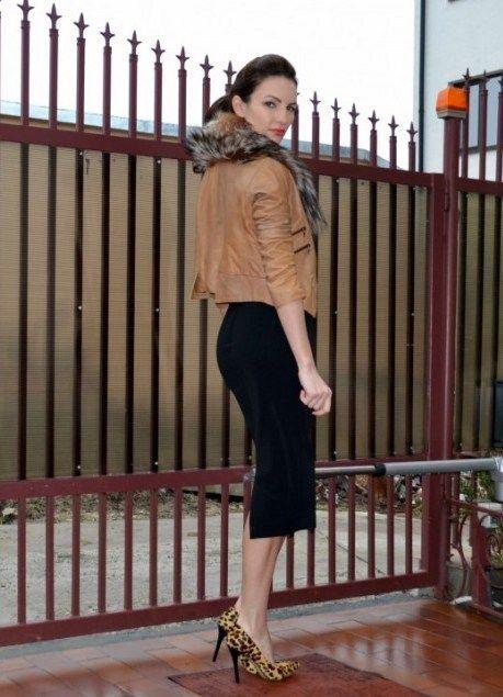 черная юбка, меховая куртка, леопардовые туфли