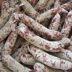 Saucisson a l'ail (+/- 180 gr)    Gedroogde Franse worst met knoflook. De leverancier werkt ruim 15 jaar in dé streek waar de mooiste droge worsten vandaan komen: Auvergne, een beschermd natuurgebied maar staat ook bekend om zijn voortreffelijke gastronomie. De worsten worden gemaakt op basis van traditionele streek recepten. Het vlees wordt zorgvuldig geselecteerd en de worsten ondergaan een ruime droogtijd. Hierdoor ontstaat een mooie natuurlijke bloem aan de buitenkant van de worst.