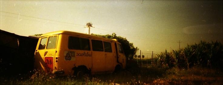 PRETTY IN MAD - cute lo-fi blog: uno scuolabus abbandonato (parte 2) - Agfa VISTA 100