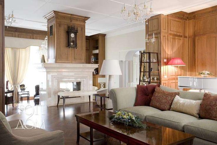 Элегантное оформление гостиной с белой мягкой мебелью и коричневым деревом