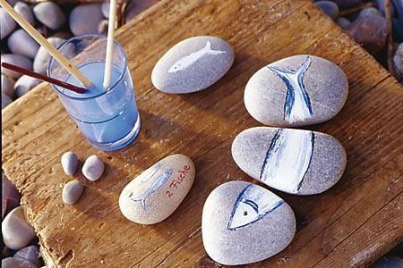 Kreative Idee zum Selbermachen für maritime Deko: Dekoration mit Steinen - [LIVING AT HOME]