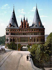 Lübeck Meryem Ana Kilisesi Lübeck'in önde gelen tarihi yapıları arasında 14. yüzyılda tamamlanan Gotik üsluptaki Marienkirche (Meryem Ana Kilisesi), yapımına 1173'te III. Heinrich devrinde başlanan romanesk katedral ile gotik ve Rönesans üsluplarının karışımı bir üslupta inşa edilen görkemli Belediye Binası (Rathaus) sayılabilir. Kuleli Kale Kapısı (Burgtor) (1444) veHolsten Kapısı (Holstentor) (1477), kentin ortaçağ surlarının kalıntılarıdır. #Maximiles #tarih #history #avrupa #europen