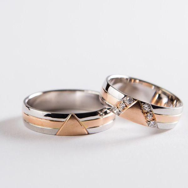 Snubní prsteny z červeného zlata s geometrickým motivem.