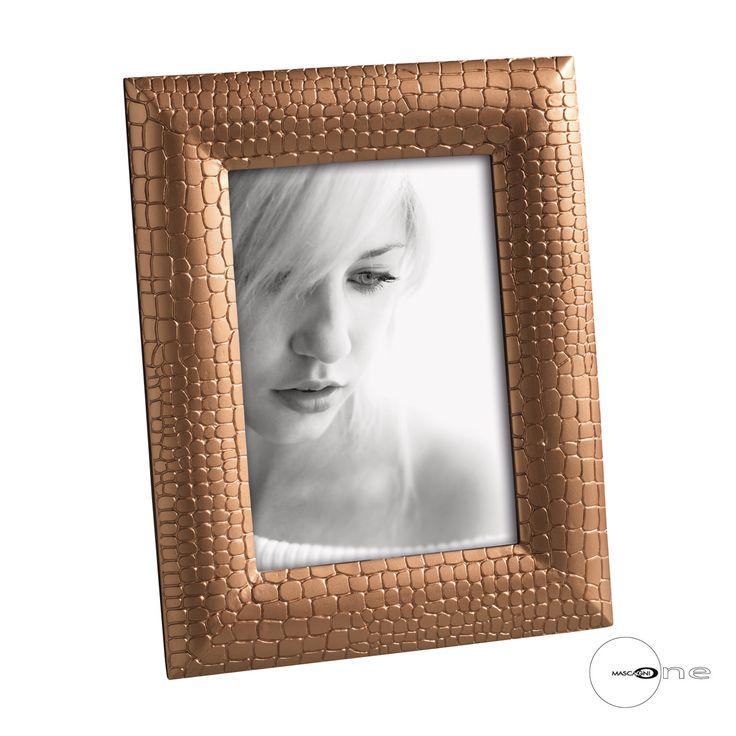 PORTAFOTO IN RESINA O995   Portafoto in resina effetto coccodrillo. Orientabile in senso orizzontale e verticale.