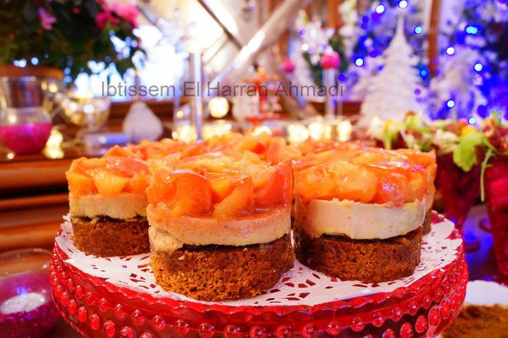 Foie gras sur son lit de pain d'épice, et sa couronne de pommes caramélisées Loin des éternels canapés au foie gras et que je trouve, personnellement assez miséreux, avec une pointe de trois millimètres sur deux de fois gras sur du pain de mie sec, voici une entrée consistante, gourmande qui rassemble le foie gras et ses amis: le pa... #delicescaprices   #chetneydefigues   #pommescaramelisees   #menudefete   #tablenoel   #paindepice   #foiegras