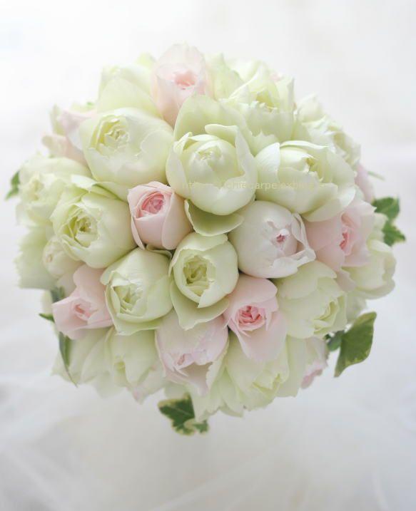 丸い形のバラばかりを集めて作る丸いブーケ。白のバラはフィオナ、ほんのりごく淡いピンクはイブシャンテマリー、淡いピンクはユカカップ。恵比寿にある、ウェスティ...