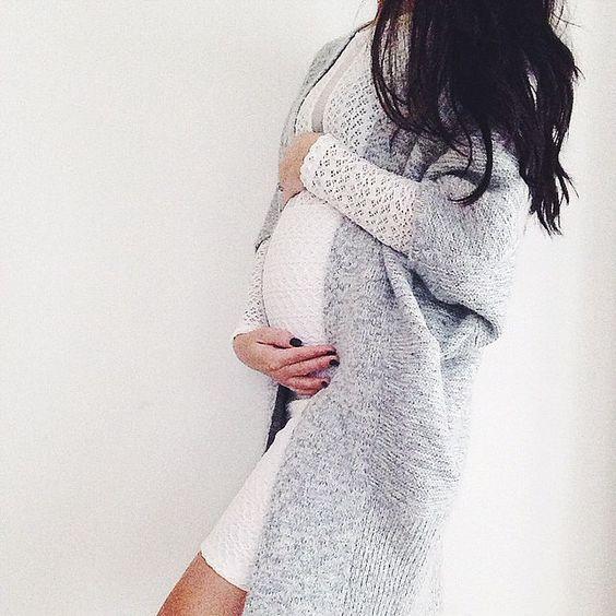 Lämpöinen harmaa neule ja valkoinen raskausmekko ovat kaunis yhdistelmä! Love this maternitystyle <3