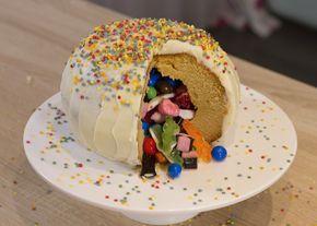 Le Gâteau Piñata, c'est un gâteau tout rond et rempli de bonbons. Il reprend l'idée des Piñata mexicaines, ces grands trucs colorés qu'on casse à grands coups de bâtons pour en faire sortir des surprises.Un gâteau idéal pour toutes les fêtes et qui plait autant aux petits qu'aux grands. Et même pas besoin d'un moule spécial, on utilise juste 2 saladiers en pyrex pour obtenir cette jolie forme ovoïde.
