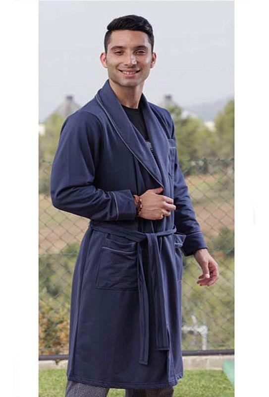 Bata Pettrus Man en punto, de corte clásica, con cuello smoking y cerrada con cinturón. Color azul marino. 100% Algodón. Atemporal. Envío:24/48h.