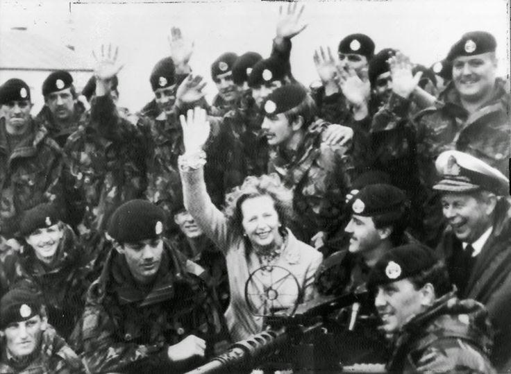 Маргарет Тетчер с британскими солдатами после поражения Аргентины в Фолклендской войне.