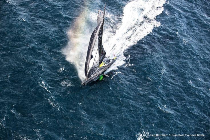 Après un passage express du Cap Vert et du Pot-au-Noir, Alex Thomson, le leader du Vendée Globe sur Hugo Boss, vient de passer l'équateur après 9 jours 7 heures et 3 minutes. Il bat de plus de 28 heures le record détenu par Jean Le Cam en 10 jours, 11 heures et 28 minutes. Un record que le Finistérien avait établi en 2004.Images aériennes de Hugo Boss, skipper Alex
