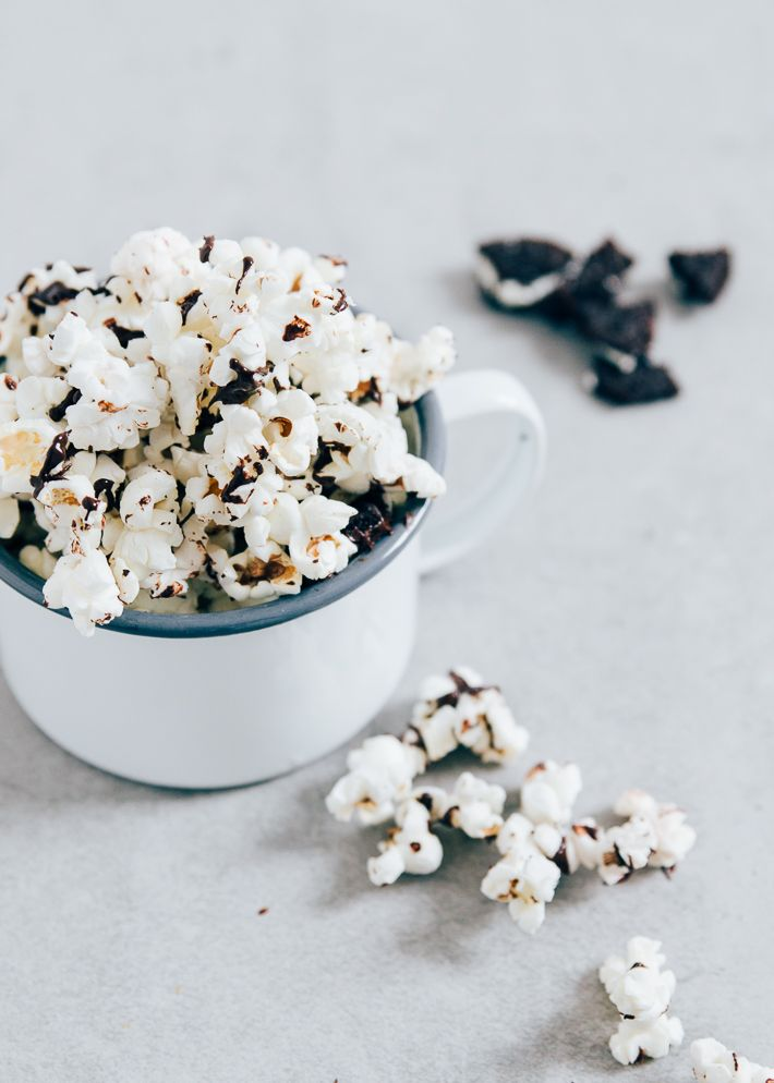 Oreo popcorn is the best of both worlds. Oreokoekjes zijn gewoon heel erg lekker en in combinatie met de knapperige popcorn is het de perfecte weekendsnack.