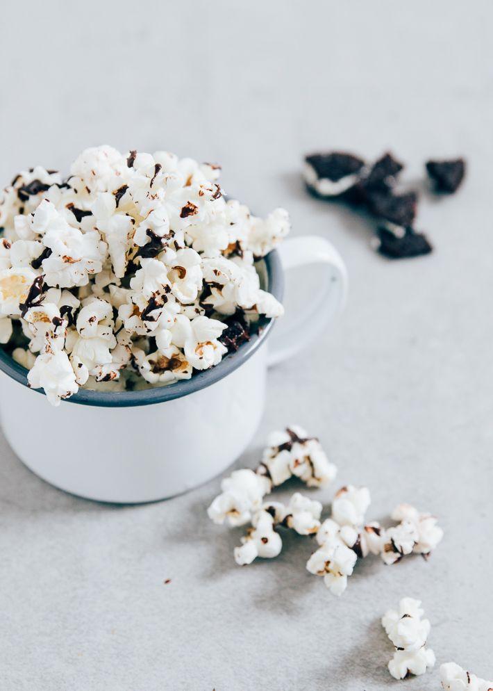 Oreo popcorn is the best of both worlds. Oreokoekjes zijn gewoon heel erg lekker en in combinatie met de knapperige popcorn is het de perfecte weekendsnack.