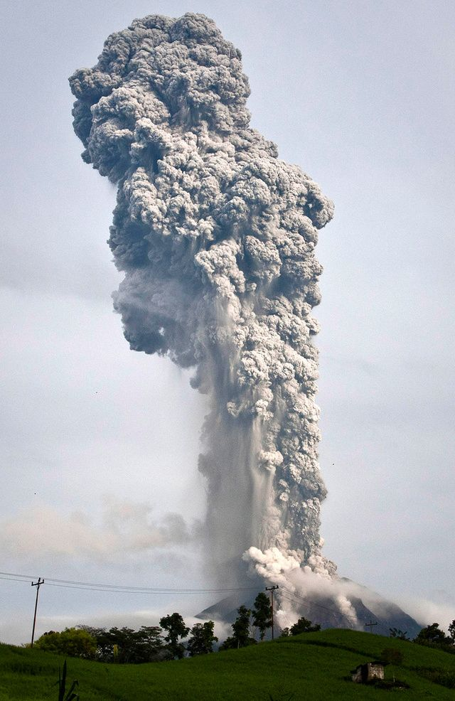 This 1.9-mile-high volcano explosion in Sumatra is absolutely insane