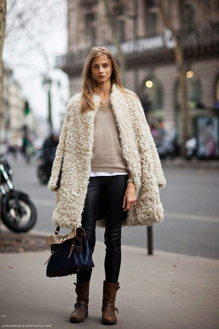 #Cappotto in #eco-pelliccia panna, maglione beige, #leggins in #eco-pelle nera, stivali testa di moro e borsa a tre colori: blu marino, testa di moro e panna.  #fashion