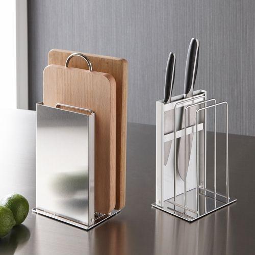 包丁の刃先が隠れるデザインで、まな板もまとめておけ、オープンキッチンにもおすすめのスタイリッシュなスタンド。