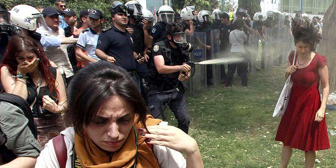 Επεισόδια στην Τουρκία: Αυτή είναι η φωτογραφία από την Κωνσταντινούπολη που έγινε σύμβολο της γυναικείας επαναστατικότητας. Η κοπέλα δέχεται τα πυρά του αστυνομικού και η κοινή γνώμη αποκρούει το επιχείρημα του Ερντογάν ότι οι διαδηλωτές ταυτίζονται με τους τρομοκράτες. Παράλληλα, η κοπέλα έγινε σύμβολο ενάντια στην γυναικεία καταπίεση από την τουρκική πολιτεία.