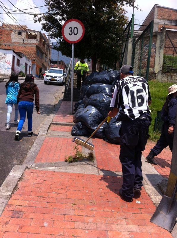 29-03-14 Jornada de limpieza en el barrio Lourdes con los vigías ambientales, la comunidad y Alcaldía Local.
