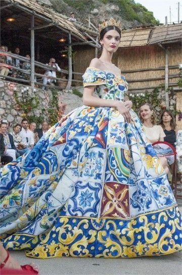 Abito con maioliche - Dalla collezione di Alta Moda di Dolce & Gabbana Autunno/Inverno 20142015, abito ampio con maioliche e scollatura omerale