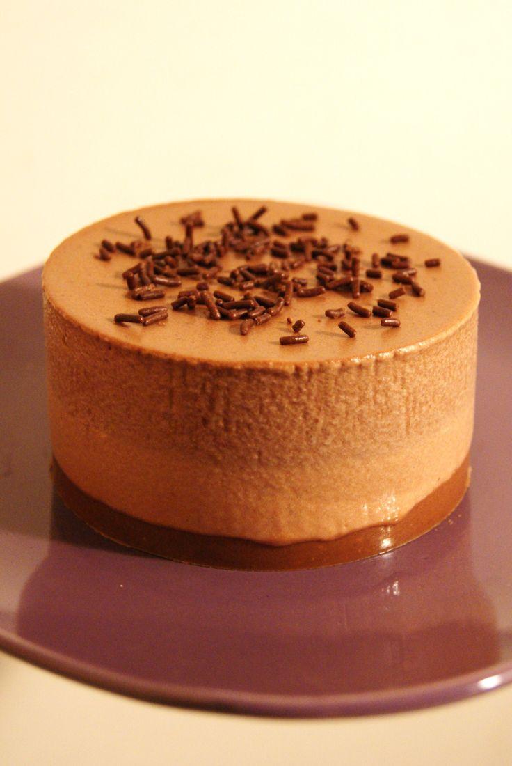 MINI-ENTREMETS CROQUANTS AUX DEUX CHOCOLATS. Une recette pour les amoureux de chocolat:  petits cercles individuels des association de deux mousses chocolatées (noir et au lait) reposant sur une base croquante.