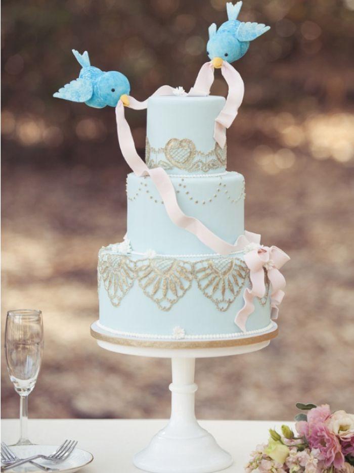 Les oiseaux qui aident à Cendrillon de Disney à faire sa robe pour le bal