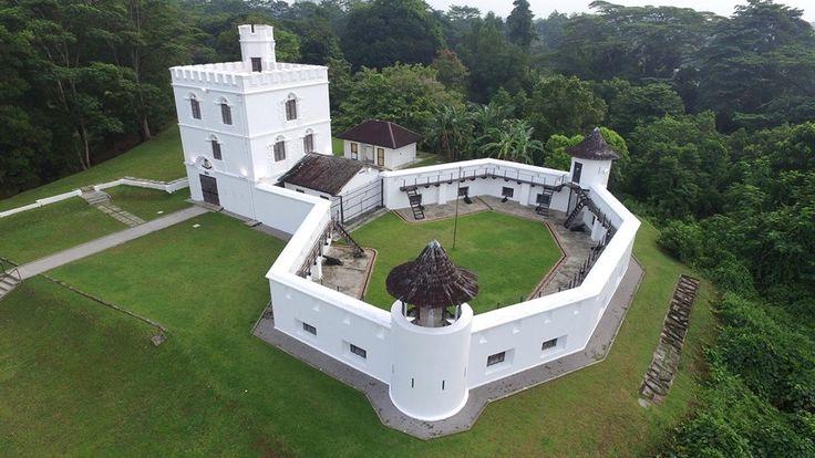 建於1878年的玛格烈达古堡(Fort Margherita),不但是个景色绝美的地点,也是砂劳越河最重要的一个战略位置,為第二代白人统治者為抵御外敌而兴建的一个要塞。    在白人统治时期,曾有重兵驻守,1971 年改為警察博物馆( Police Museum)。馆内目前收藏自年l841年以来的军火武器,军警制服、鸦片烟枪等,整个婆罗洲的冶安史,都完整的保留在馆内。    地址:Petra Jaya, 93050 Kuching, Sarawak, Malaysia