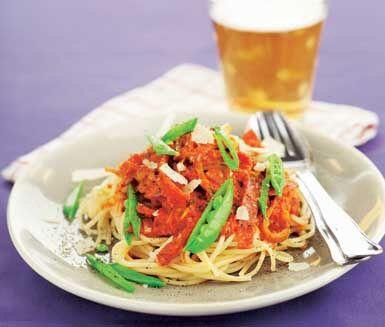 Den här lysande pastarätten är ett utmärkt vardagsalternativ. Den går smidigt att tillaga och såsen har underbara smaker av kummin, salami och paprika. Placerar du spröda sockerärtor på toppen av pastan får du både en tilltalande och god middag.