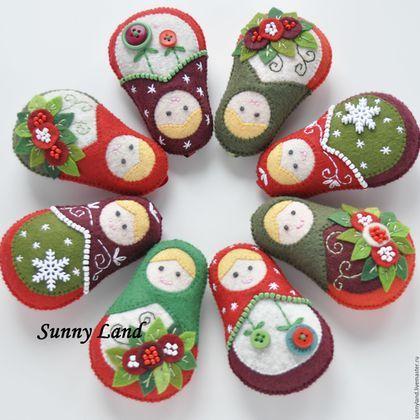 Купить или заказать Набор авторских елочных игрушек 'Рождественские матрешки' 3 шт. в интернет-магазине на Ярмарке Мастеров. Набор елочных игрушек 'Рождественские матрешки' 3 шт. Все любят Рождество и матрешки тоже, вот уже и приоделись к самому светлому празднику в году. Отличный подарок близким и родным на новогодние праздники. 100% ручная работа. Безопасна и не бьется . Стоимость одной игрушки - 350 руб. Стоимость набора из 3-х шт. - 1000 руб. На заказ могу выполнить в другом цвете.