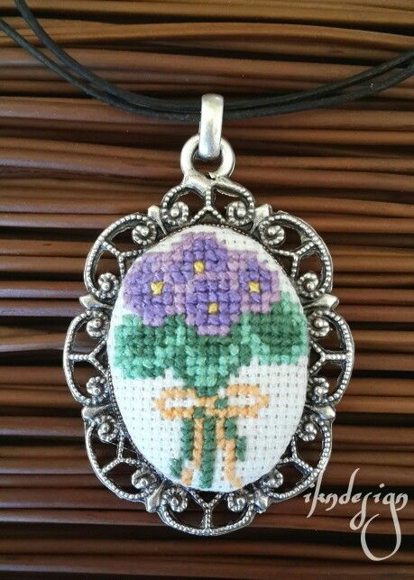Çicek Demeti Kanavice Kolye  http://ikndesigndukkan.blogspot.com.tr #kanavicekolyeyapımı #çarpıişi #kolye #crossstitch #necklace #ikndesign #handmade #kolyeaparati #crossstitchnecklace #aksesuar