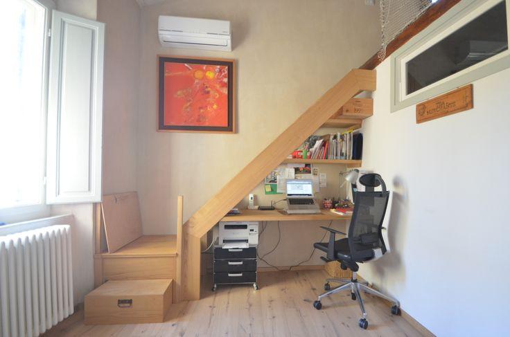 Scala in Legno di Castagno, con primo gradino estraibile, scrivania con piani ricavati sotto alla scala.