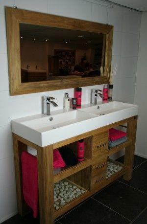 Prachtig badmeubel van teakhout met dubbele wastafel van keramiek, handdoekhouders en 3 laden.  Djati Badkamers & Keukens - Hilversum