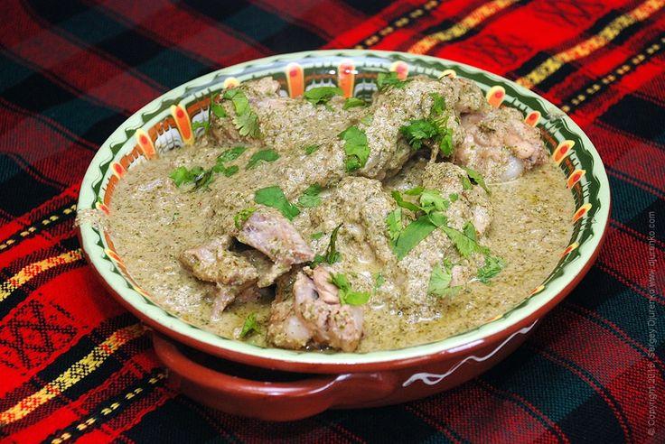 Курица сациви - тушеная с луком курица в пряном ореховом соусе с кинзой и чесноком. Соус сациви даже не требует термообработки