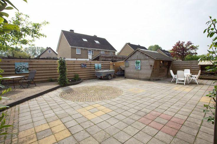 Zonnige achtertuin ca. 200 m2 met schuurtje (3 X 4 m) en overdekte opruimmogelijkheden (18 m2). Voortuin ca. 150 m2 met ruime oprit voor parkeermogelijkheid. Naast de woning een ruime doorgang van 2.40 m naar de achtertuin.