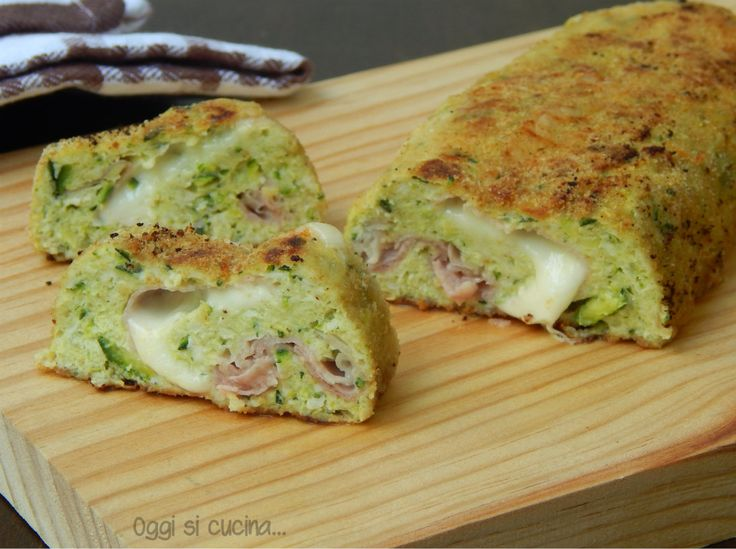 Il polpettone di pollo e zucchine è un piatto semplice e gustoso, si cuoce in forno ed è farcito con prosciutto cotto e scamorza filante.