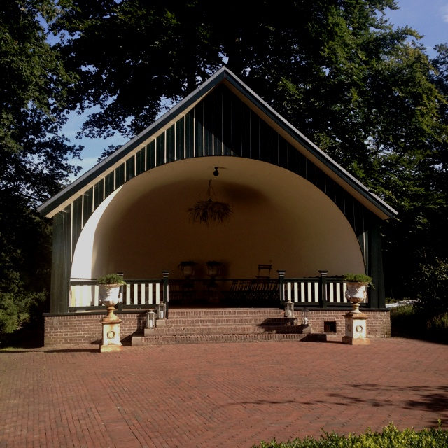 Get married in the garden of The Hunting Lodge in Rozendaal, one of the most beautiful wedding locations in the Netherlands