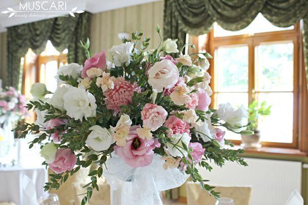 Dekoracje stołów podczas przyjęcia weselnego